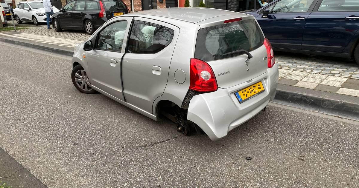 Auto verliest wiel bij botsing in Deventer.