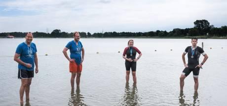 Burgemeesters uit de Achterhoek zwemmen tegen kanker: 'Lekker temperatuurtje hoor'