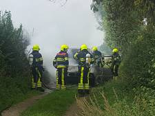 Geparkeerde auto brandt uit in Middelaar