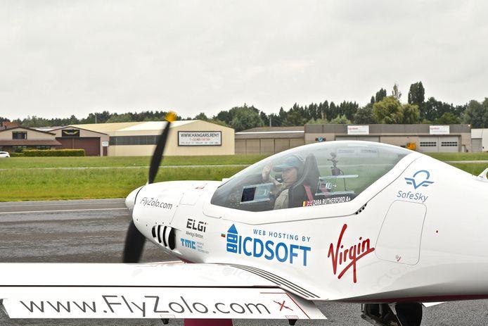 Zara Rutherford vertrok woensdagmorgen onder massale belangstelling uit Wevelgem voor haar solovlucht.
