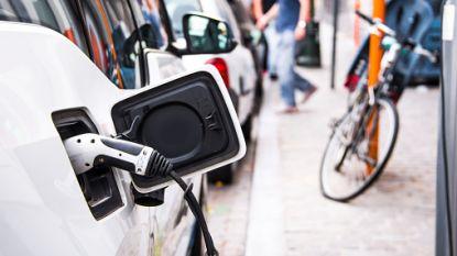 Snelladers voor elektrische wagens komen op parking Aard