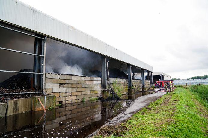De brand is ontstaan in een grote composthoop.
