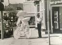 Frans Kokshoorn met een eerste versie van 'Singing in the Rain' dat op de Elandstraat kwam te staan.