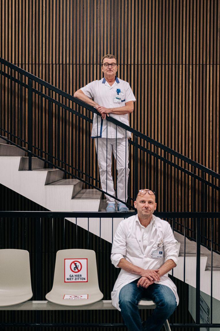 Jan Lootens (b.) en Louis Ide (o.): 'De voorbije weken moesten we 7 op 7 paraat zijn voor infectiecontrole.' Beeld Wouter Van Vooren