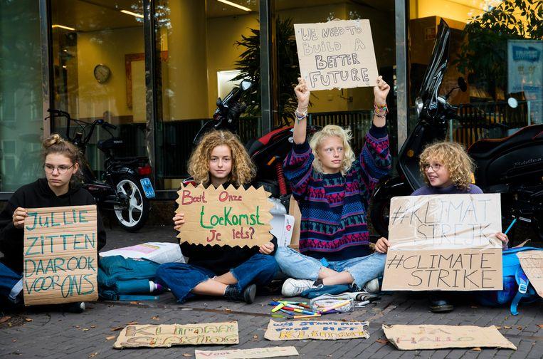 Scholieren tijdens een staking voor het klimaat in 2019 voor het gebouw van de Tweede Kamer, in navolging van klimaatstaker Greta Thunberg. Beeld ANP