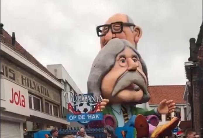 De VI-carnavalswagen, hier tijdens de optocht in Hilvarenbeek.