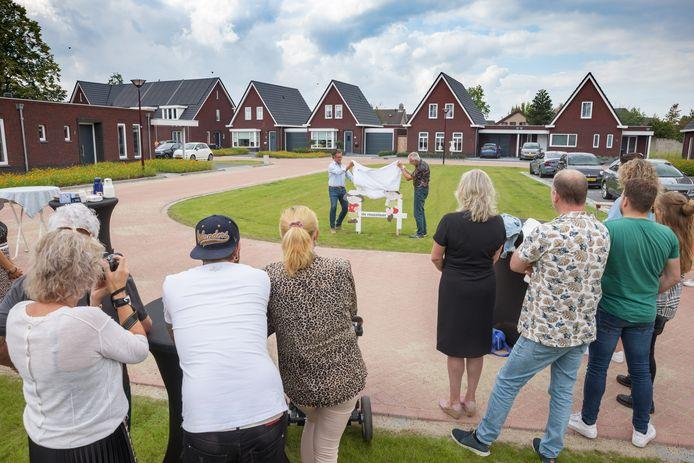 Het CPO prject Reuzelaar in Hoeven is officieel geopend. Wethouder Hans Wierikx en initiatiefnemer Jan van der Leer onthulden een bord en proostten met de bewoners.