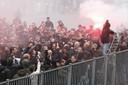 Supporters verzamelen zich buiten het Koning Willem II Stadion.