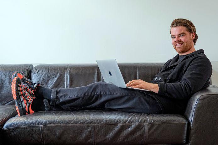 Van ondernemer Thijs Verheul (29) komt binnenkort zijn boek 'Voor hoeveel heb je het verkocht?' uit. Hij was een van de oprichters van United Wardrobe, dat verkocht is aan Vinted.  Naar verluidt is hij nu miljonair.