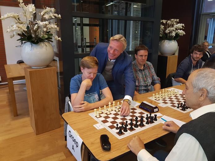 De Arnhemse sportwethouder Wethouder Jan van Dellen doet de eerste zet voor titelkandidaat Thomas  Beerdsen bij de opening van het Open Arnhems schaakkampioenschap.
