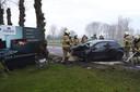 Auto raakt van de weg en knalt tegen boom in Boekel.