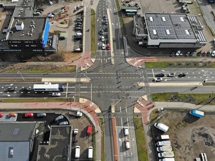De kruising Plesmanweg/Bleskolksingel van bovenaf. De diagonale fietsoversteekroutes zijn goed zichtbaar.