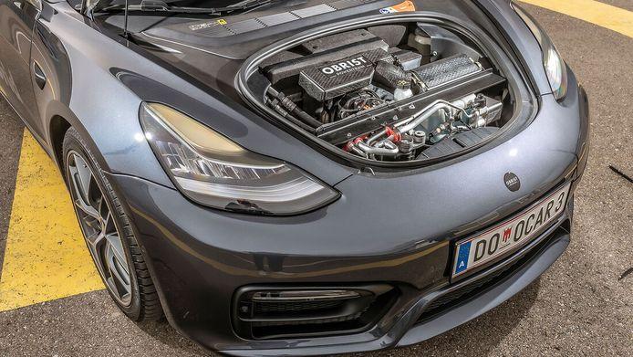 Tesla met benzinemotor.