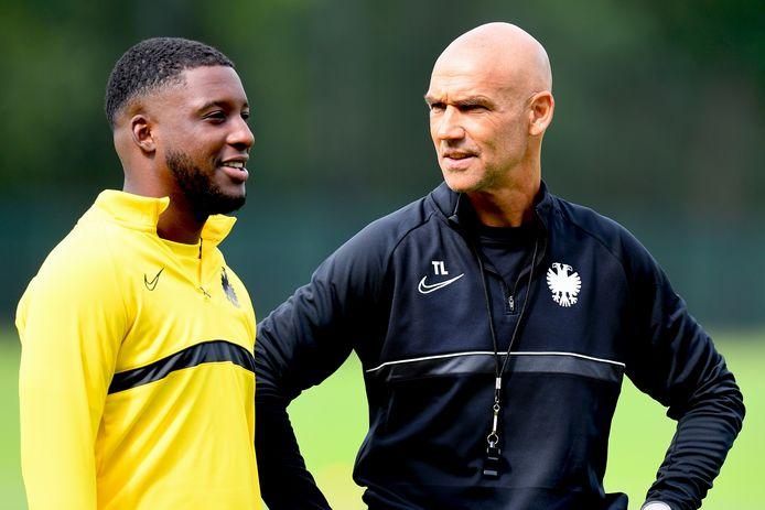 Een onderhoud van Vitesse-coach Thomas Letsch met Riechedly Bazoer op de training van Vitesse.