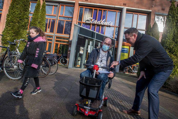 Richard de Mos, voorman van de politieke partij Code Oranje, kwam vrijdagochtend naar Tiel om ondersteuningsverklaringen te scoren zodat de partij in maart mee kan doen aan de Tweede Kamerverkiezingen.