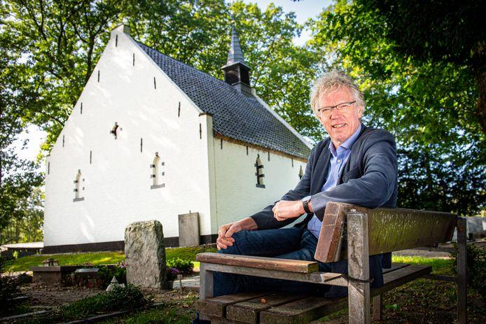 Theoloog Henk de Roest over de sluiting van kerken, geportretteerd bij Kapel van Coelhorst in Hoogland-West