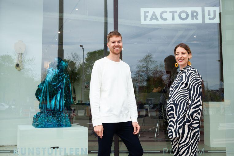 Kunstenaar Casper Braat en Factor IJ-directeur Nienke Bruin. 'Ik ben heel benieuwd hoe dit op IJburg gaat landen.' Beeld