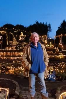 Hoe Ampie (79) een 15 meter hoge berg bouwde in zijn achtertuin in 't Harde en deze nu vol kerstverlichting heeft hangen
