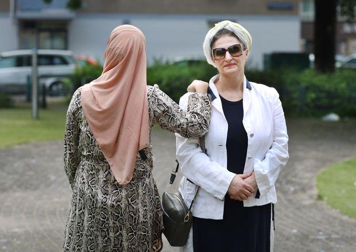 Cicek zwerft van hotel naar hotel met haar drie kinderen nadat ze door haar man mishandeld werd en er vandoor ging. Ze wordt geholpen door (rechts) Fatma Aktas.