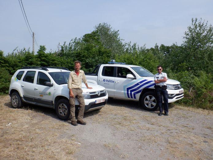 Boswachter Johan Lamaire maakt hoofdinspecteur Dimitri Vandepoele wegwijs door de duinen van natuurreservaat De Westhoek in De Panne.