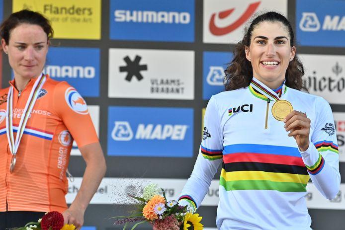 Marianne Vos moet het doen met zilver, terwijl Elisa Balsamo straalt in de regenboogtrui.