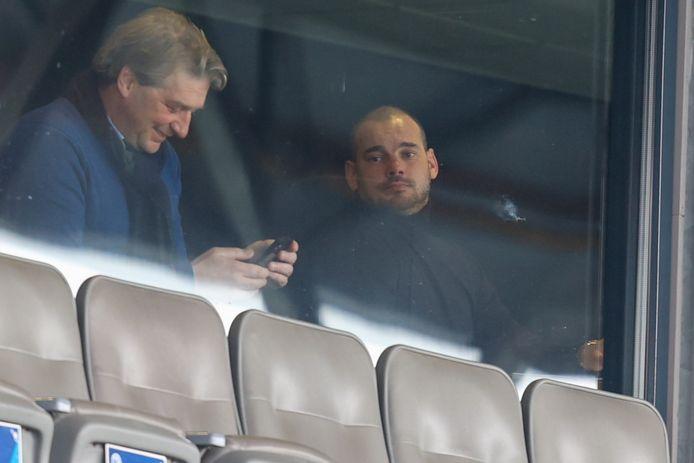 Wesley Sneijder (rechts) bekeek de wedstrijd tussen FC Den Bosch en NAC zaterdag vanuit een skybox in stadion De Vliert.