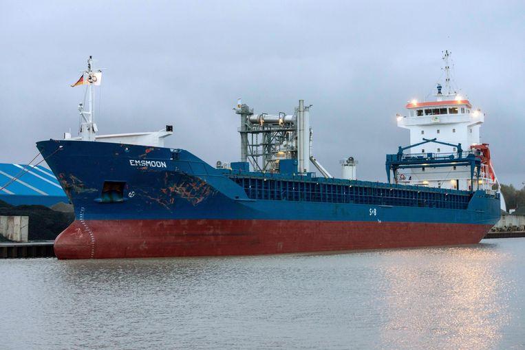 Het maar liefst 112 meter lange vrachtschip Emsmoon die de Friesenbrücke doorkliefde. Beeld epa