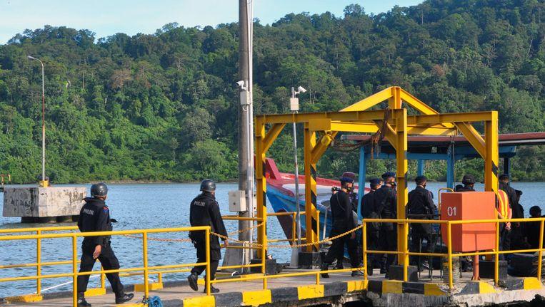 Een van de vuurpelotons gaat aan boord van een boot. Beeld AFP