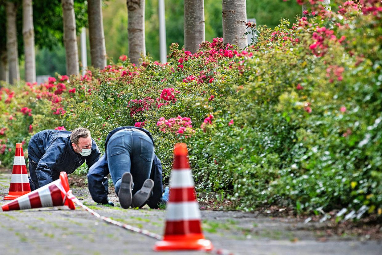 Woensdag 18 september 2019, Amsterdam: rechercheurs doen sporenonderzoek in de buurt van de plek waar kort daarvoor strafrechtadvocaat Derk Wiersum is doodgeschoten. Hij was de advocaat van kroongetuige Nabil B. De twee verdachten van de moord staan maandag terecht.  Beeld  Guus Dubbelman / de Volkskrant
