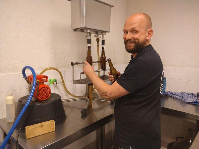 Martijn de Zeeuw druk in de weer in zijn brouwerijschuur.