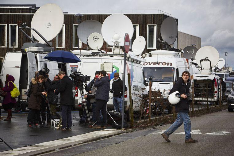 De pers houden het CTD-gebouw in Dammartin-en-Goële, waar Chérif en Saïd Kouachi zich schuil hielden, in de gaten. Beeld anp