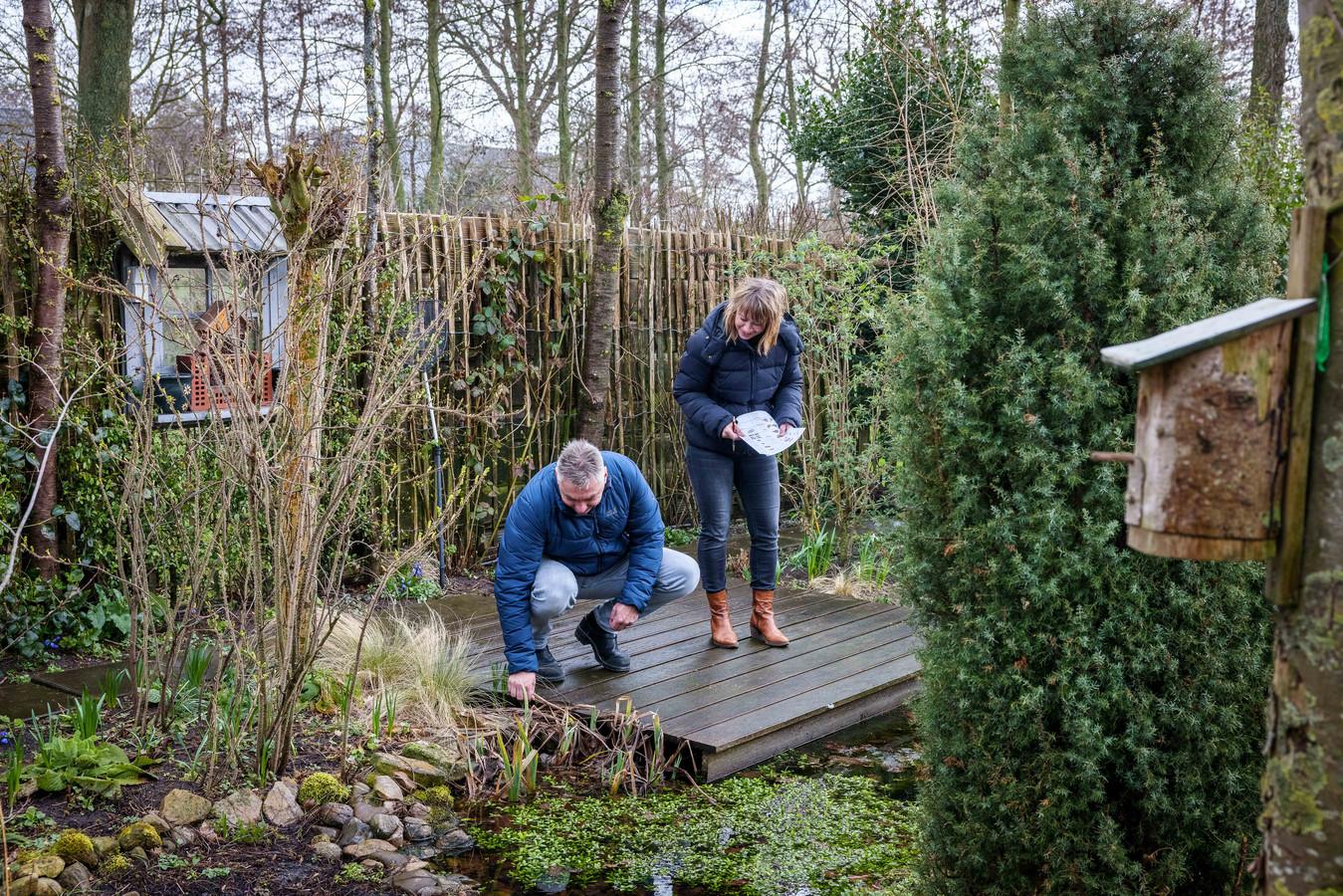 Henk (50) en Germa (48) Veldman gaan met een tellijst door hun tuin.