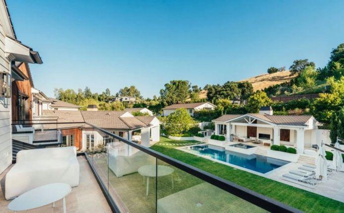 La jolie vue sur la piscine depuis l'un des balcons de la maison.