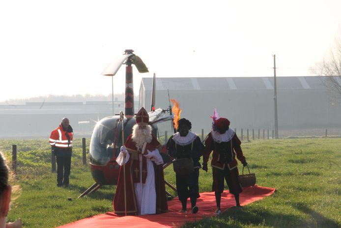 Intrede van de Sint met de helikopter bij basisschool De Talententuin in Lendelede.