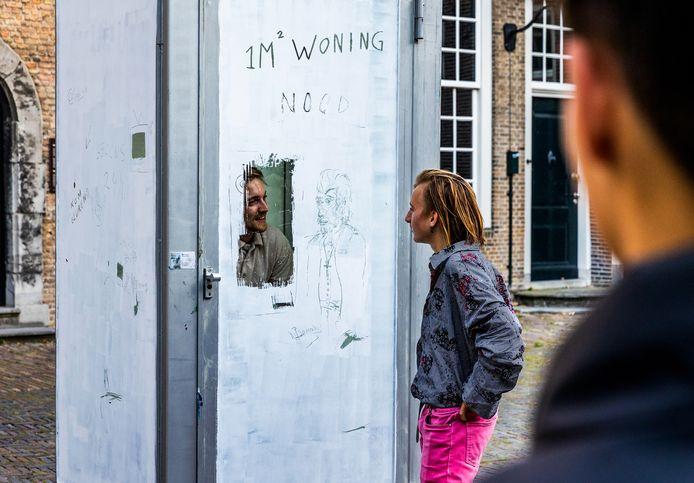Bob Rekelhof sloot zich 24 uur op in een telefooncel op het Hof van Nederland, uit protest tegen de woningnood in Nederland.