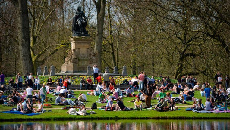 Een zonnige voorjaarsdag in het Vondelpark. © anp Beeld