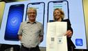 Fran Robben de la plateforme eHealth et Barbara Van Den Haute de Digitaal Vlaanderen présentent le certificat Covid et l'application CoronaSafeBE à la presse le 16 juillet.