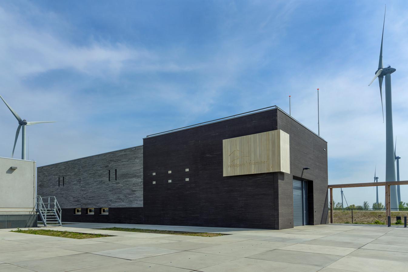 Noordgevel van het servicegebouw Windpark Krammer. met houten hoekelement