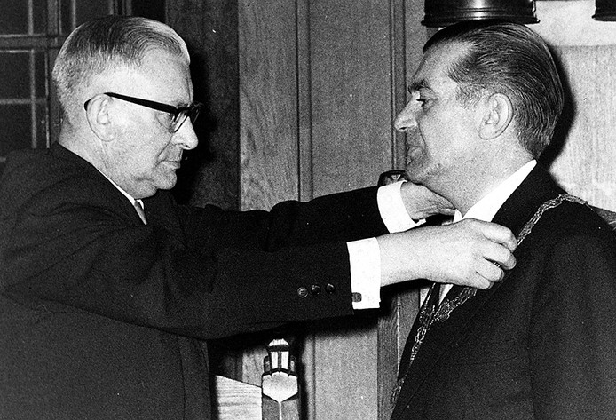 Waarnemend burgemeester Meijs hangt de nieuwe burgemeester van Breda Willem Merkx op 2 februari 1967 de ambtsketen om . Foto Johan vn Gurp