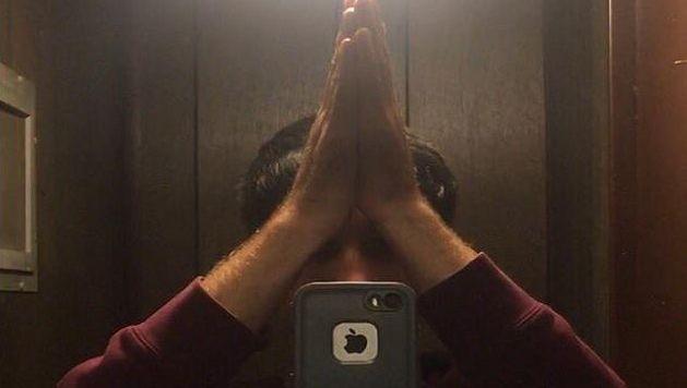 """Le """"high five selfie"""" consiste comme son nom l'indique plus ou moins à se taper dans les mains tout en réalisant un selfie devant un miroir...avant que le smartphone ne tombe."""