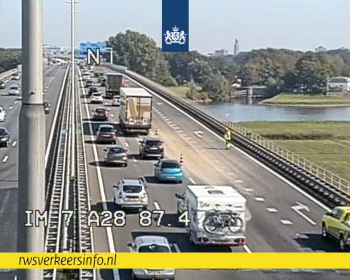 Er ligt troep op de IJsselbrug en daardoor loopt de file op.