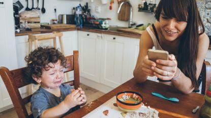Ook vastgeplakt aan je telefoon wanneer je met de kinderen bent?