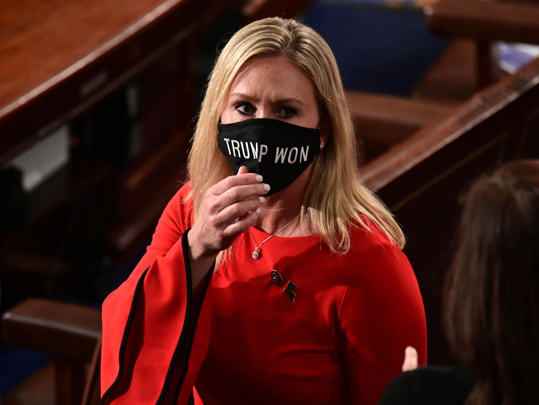 Op de dag van haar beëdiging in het Huis van Afgevaardigden, op 3 januari, draagt Marjorie Taylor Greene een gezichtsmasker met daarop de tekst: 'Trump won'. Beeld AFP
