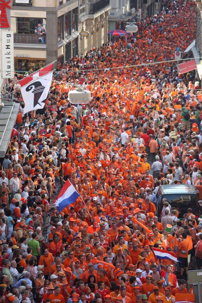 Fans van Oranje op weg naar het stadion in Basel voor de kwartfinale van het EK 2008 tegen Rusland.