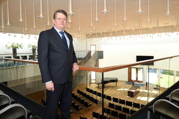 Wilco Plaggenborg, directeur van Rusthof, op het balkon van de grote aula: in de anderhalvemetersamenleving mogen er slechts 60 rouwenden in.