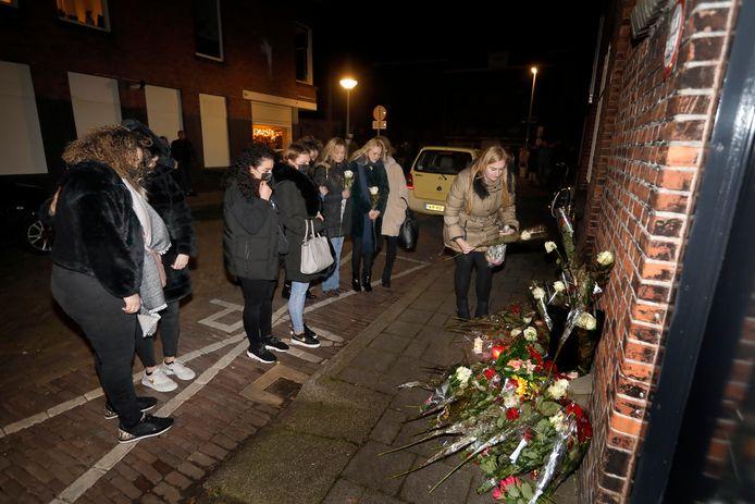 Deelnemers aan de stille tocht leggen bloemen op de gedenkplek voor Appie in de Patrimoniumdwarsstraat.
