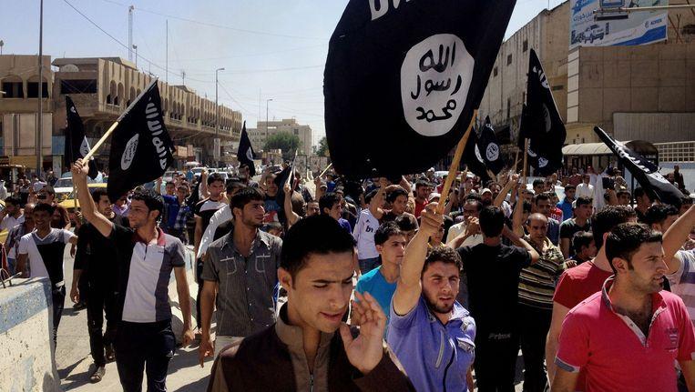 Aanhangers van IS lopen door de straten van Mosul op 16 juni van dit jaar. Beeld ap