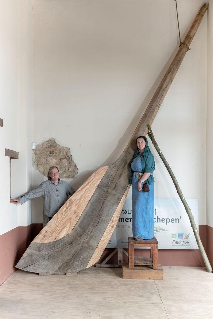 Romeinse priesteres Vanessa Hugen en archeoloog Tom Hazenberg poseren vol trots met het 5 meter 15 lange gevaarte.