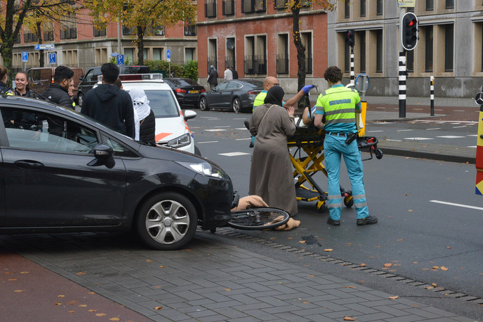 De fietser is met onbekend letsel naar het ziekenhuis gebracht