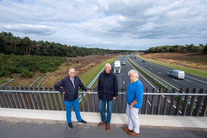 Bestuurders Jan Bakker (links), Henk Pluimers (midden) en Henk Siegerink van De Kooperaatsie op het fietsviaduct De Wakels over de A1 bij Rijssen. Linksachter wil de stichting een uitkijktoren langs de snelweg realiseren.